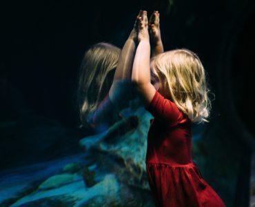 Reflectie - jong meisje