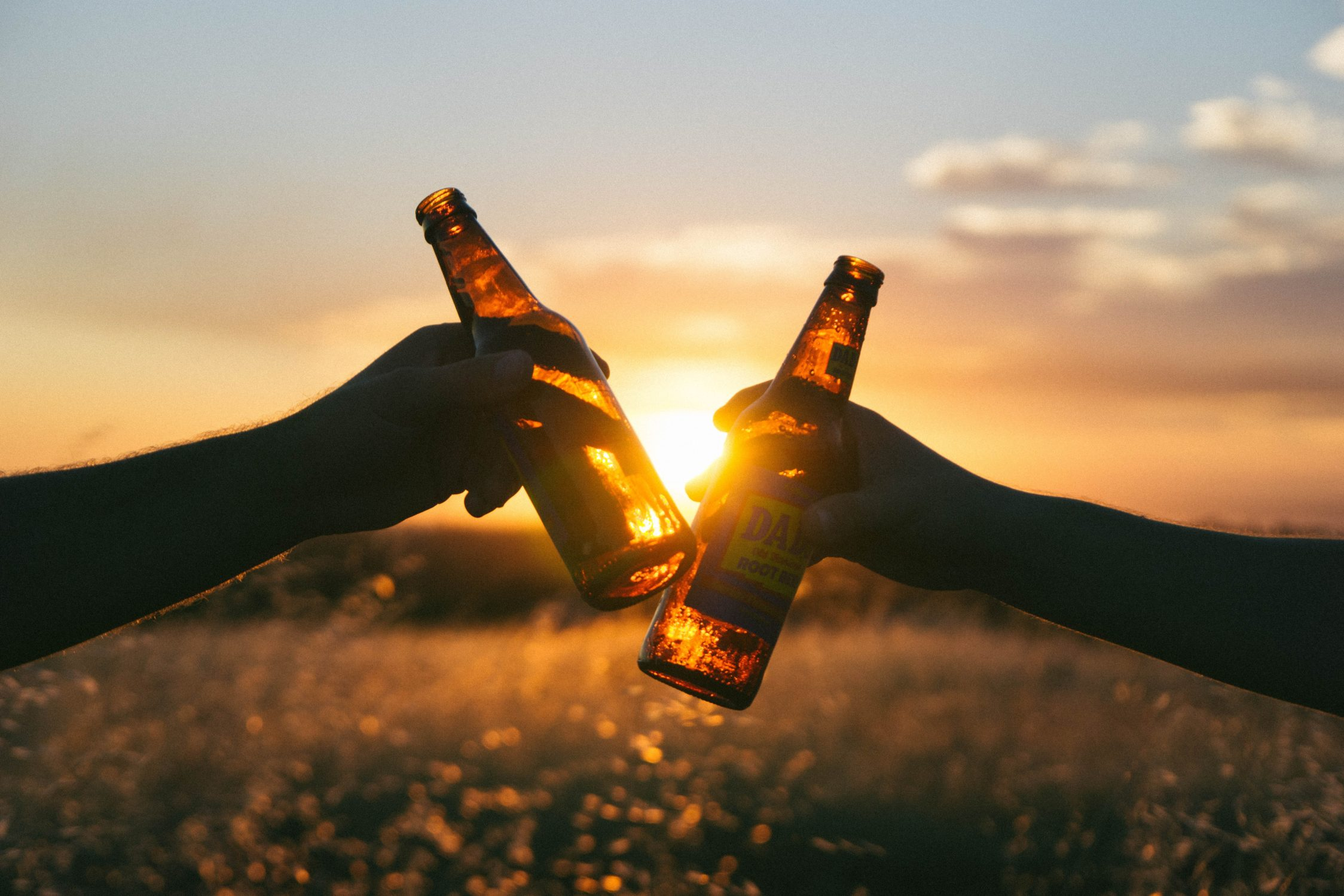 Ritueel - drink er een borrel op - twee mannen proosten met bier