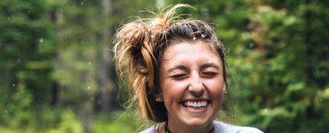 Vrolijk, lachende vrouw