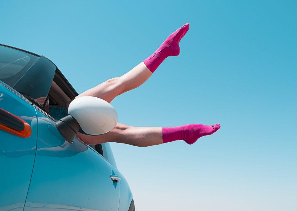Brutale vrouw met benen in de lucht