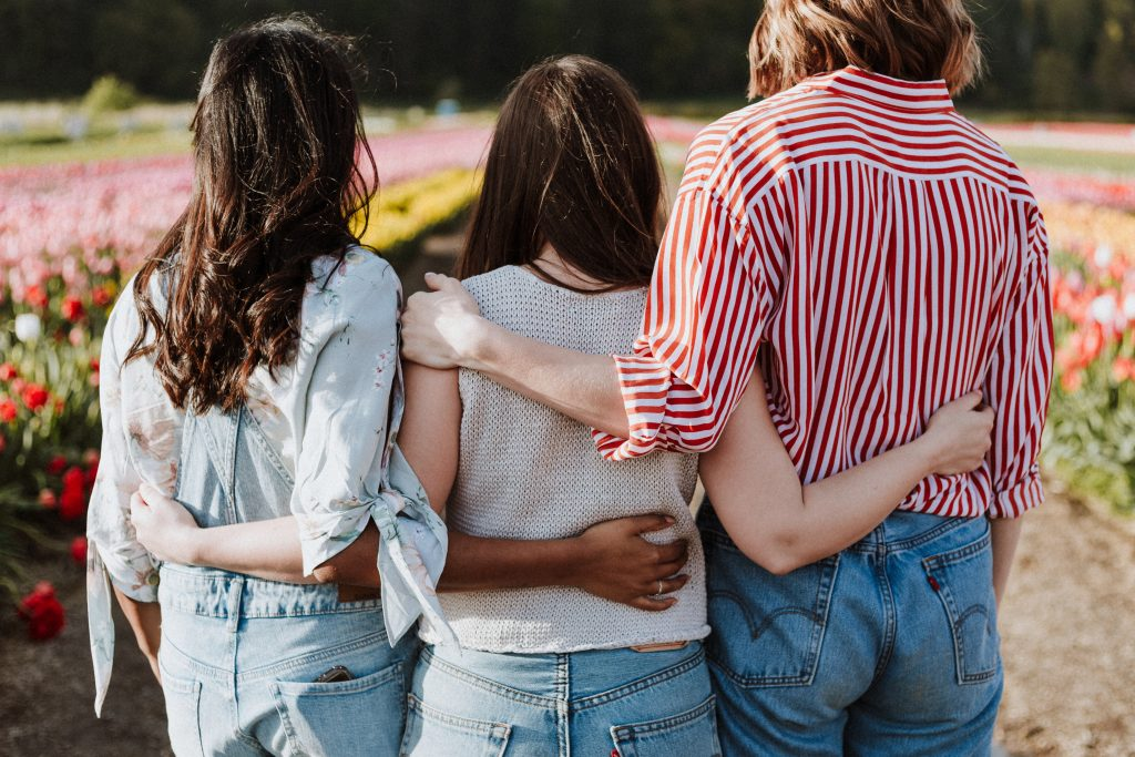 3 vriendinnen geven een veilige omgeving weer, waarbij je trouw aan jezelf kunt blijven.