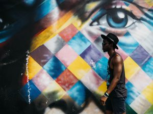 Talentvolle man met mooie graffiti muur